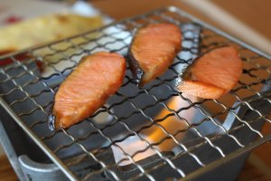 Grilling salmon at the table