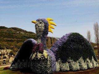 Огромных размеров феникс из цветов в центре паркаАкаси-Кайкё