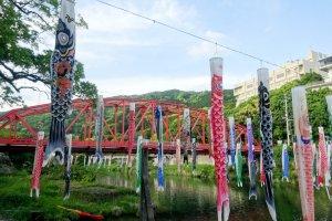 Les banderoles créées un superbe point de vue avec le pont rouge en fond