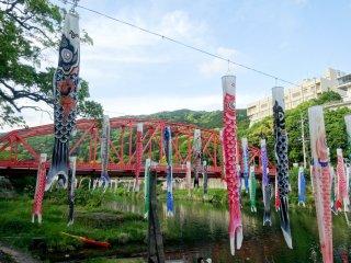 สายรุ้งประดับพร้อมกับสะพานสีแดงในฉากหลังเป็นภาพที่งดงาม