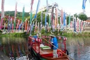 Vous pouvez prendre un bateau de croisière rapide sous les banderoles