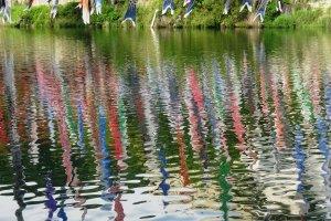 Les banderoles se reflètent dans l'eau