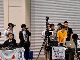 Audiens dan fotografer serius menonton pertandingan