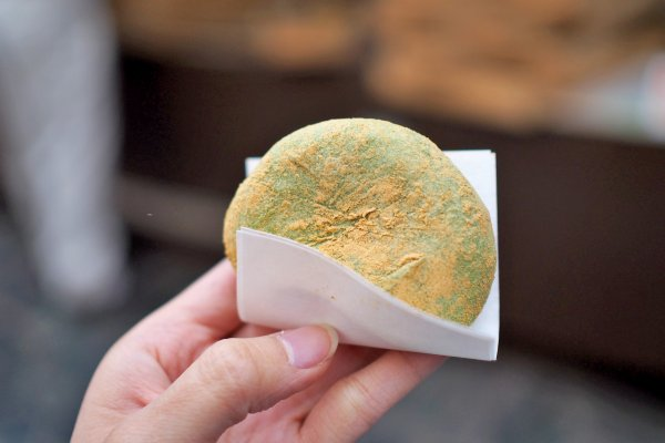 Yomogi mochi, fresh from the pouding and dusted with kinako