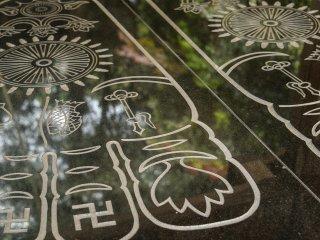 Esta gravura estará a representar a sola dos pés de Buda