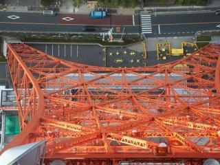 Вид сквозь одно из нижних окон на Токийской Башне
