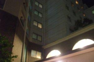 空を仰ぐ南欧風リゾートホテル