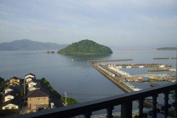 <p>Утренняя бухта Омура виднеется вдалеке. Начинается новый день</p>
