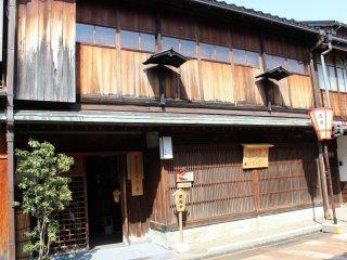 国指定重要文化財指定の建物「志摩」。江戸時代は茶屋として使われていた。江戸時代当時のままに保存されている。2階は公開。1階は現在は和カフェとして使われている