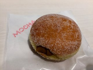 Я выбрала пончик с кофейным кремом Mocha.