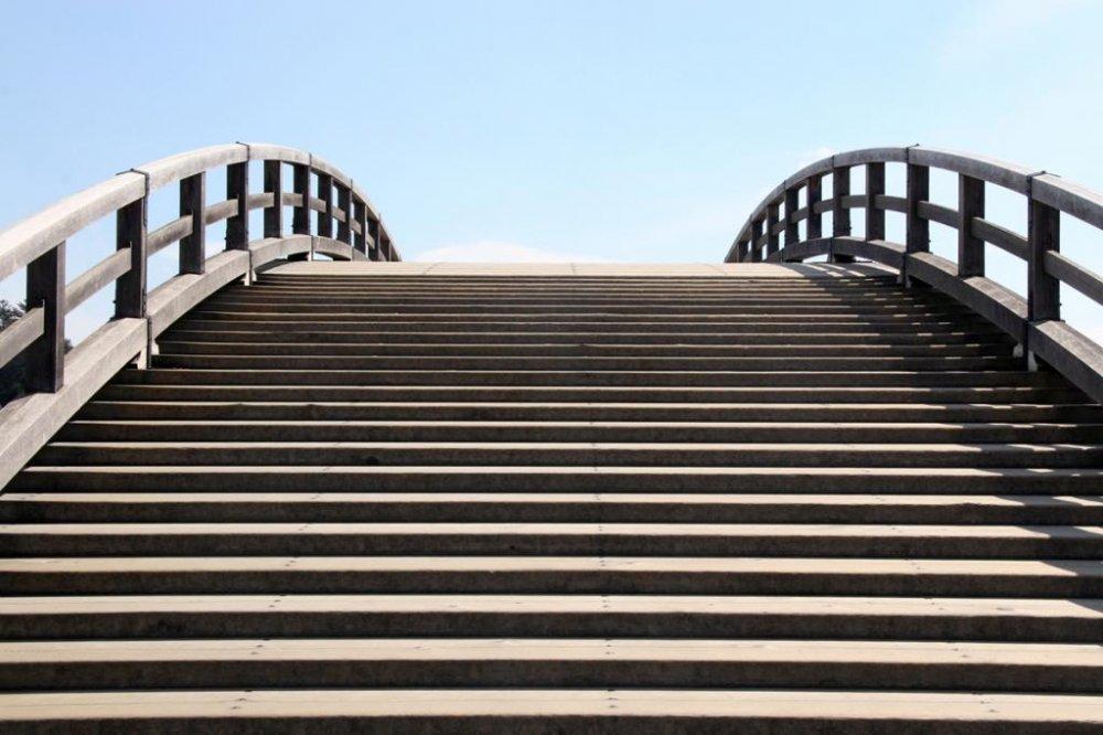 岩国の錦帯橋(きんたいきょう)は築数百年というだけでなく、興味深い形と構造をしている