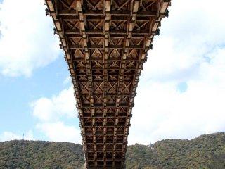 橋の下に立ってみて初めてその巨大さが実感できる