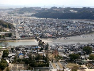 The view from the foot of Iwakuni Castle is great, you can see the bridge, the Nishiki river and the whole city