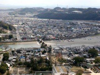 La vue depuis le château d'Iwakuni est superbe, vous pouvez voir le pont, la rivière Nishiki et la ville toute entière