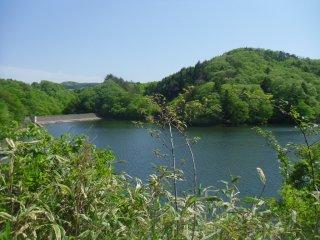 Слева вы можете увидеть плотину Аико
