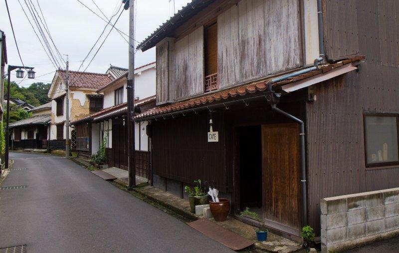 ด้านหน้าที่ดูเรียบง่ายของร้านเมะกุรุยะ (Meguruya)