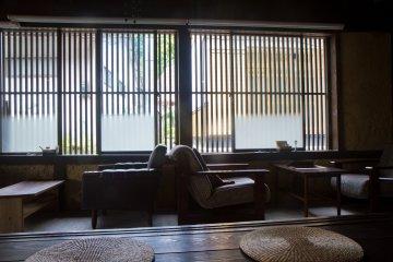 ในห้องมีแสงธรรมชาติอยู่มากมาย