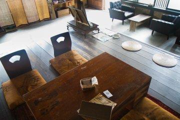 ลองนั่งโต๊ะเตี้ยแบบญี่ปุ่นหรือเก้าอี้นุ่มๆ ริมหน้าต่าง