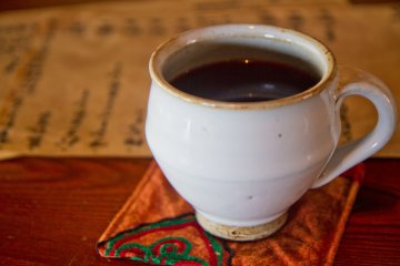 กาแฟของร้านเมะกุรุยะจะเสริฟมาในถ้วยเซรามิคอย่างดี
