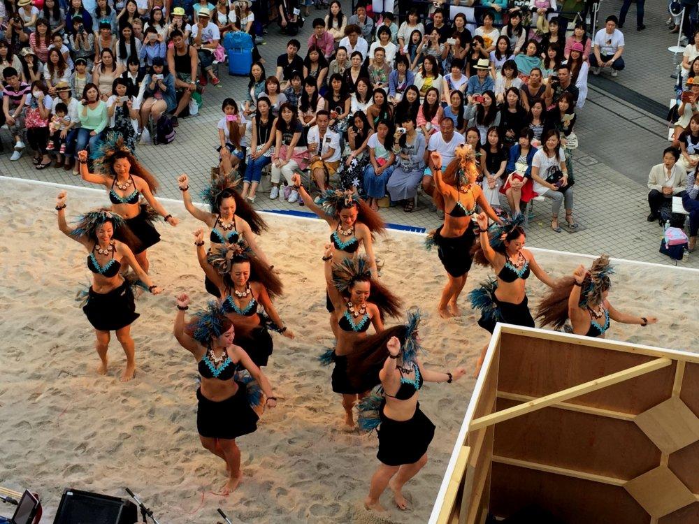 Начало пятичасовой программы. Выступление студии таитянского танца Poerani Ori Tahiti