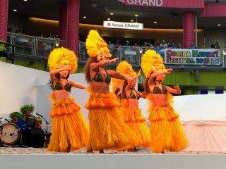 Значительную часть программы девушки выступали в желтых костюмах - традиционных для таитянского танца