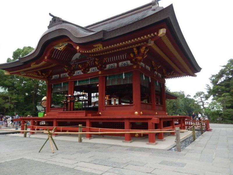 <p>츠루가오카 하치만구 신사-카마쿠라에 있는 대규모 신사의 모습입니다.</p>