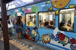 카마쿠라를 순회하는 열차 에노덴입니다. 보통은 녹색의 열차가 운행되지만 사진과 같이 특별히 디자인 된 열차도 운행합니다.
