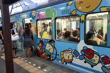 <p>카마쿠라를 순회하는 열차 에노덴입니다. 보통은 녹색의 열차가 운행되지만 사진과 같이 특별히 디자인 된 열차도 운행합니다.&nbsp;</p>