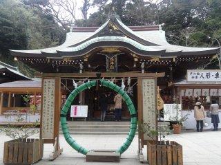 ห่วงอำนวยพร 'ชิโนะวะ' (chinowa) ห่วงขนาดใหญ่ที่ทำด้วยฟางหน้าศาลเจ้าเฮะซึตโนะมิยะ (Hetsunomiya)