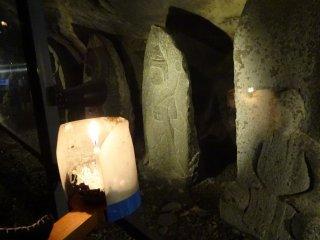 โคมไฟเทียนไขและพระพุทธรูปแกะสลักหิน