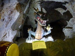 รูปปั้นมังกรในถ้ำที่สอง