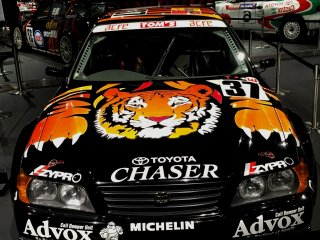 Тойота Chaser 1998 года. Тигр на капоте только усиливает остроту ощущений