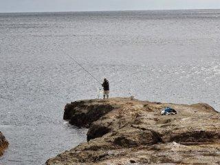 นักตกปลาบนฝั่งทะเล ชิโกะกะฟุชิ