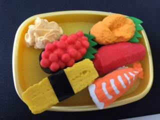 Bigger sized sushi set, complete with ginger pickles. The surface of each is shaped elaborately.