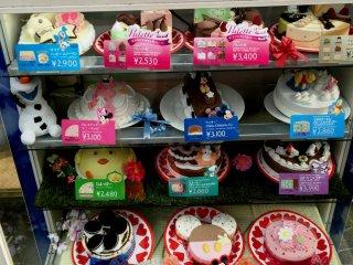 Для детского праздника можно заказать торт из мороженого с георями Диснея, а для взрослого - торт-ассорти с разными вкусами