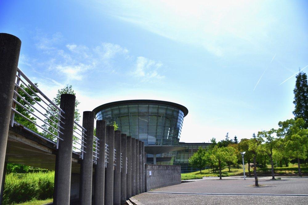 このガラス張り流線型の美術館建物は、日本の著名建築家黒川紀章 ( くろかわきしょう: 1934-2007 ) のデザインだ。