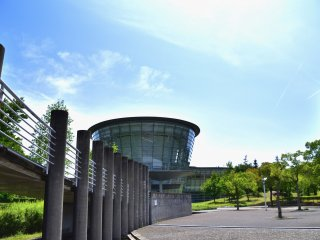 Bangunan modern berlapis melengkung berlapiskan kaca yang dirancang oleh Kurokawa Kisho (1934-2007), salah satu arsitek Jepang yang paling menonjol