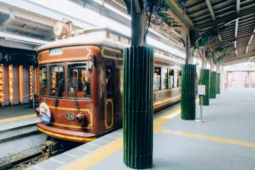 <p>This limited edition retro style tram in Randen station has a classic romantic look. Kimono pillars can be spotted all over the station.</p>