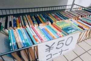 Buku-buku yang dijual dengan harga sangat murah di depan toko