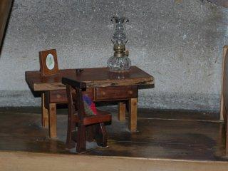 Очаровательно маленькие стул и стол прямо у окна, как будто семья Муми-троллей действительно живет здесь.