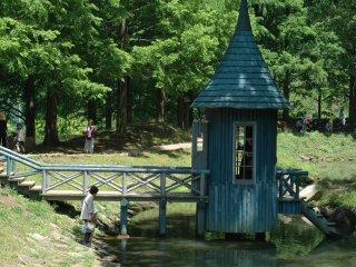 Фанаты Муми-троллей узнают этот маяк посередине маленького пруда.