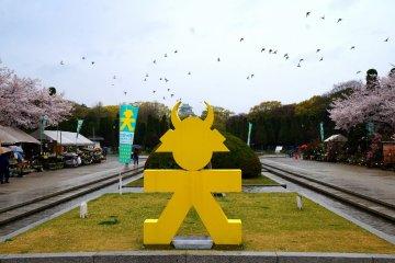 <p>아마도 쇼군 문양일까요..? 오사카 성을 배경으로</p>