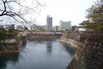 <p>성벽쪽에서 바라본 호수</p>