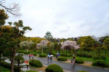 <p>성벽쪽에서 바라본 오사카 성</p>