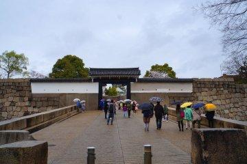 <p>오사카 성으로 들어가는 입구</p>