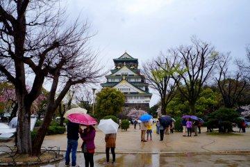 <p>비 내리던 날의 오사카 성</p>