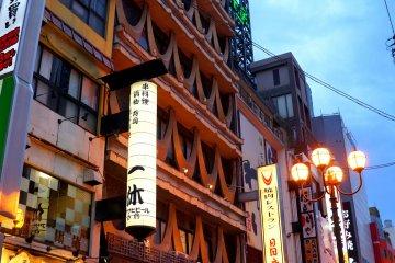 <p>일본 옛 건물양식을 그대로 본따 만든듯한 특이했던 건물</p>