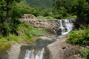 <p>Nice waterfalls at the beginning of the hike</p>