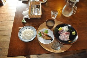 Sashimi and grilled fish lunch set