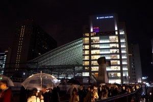 우메다 역에서 오사카 역으로 가는 다리 위